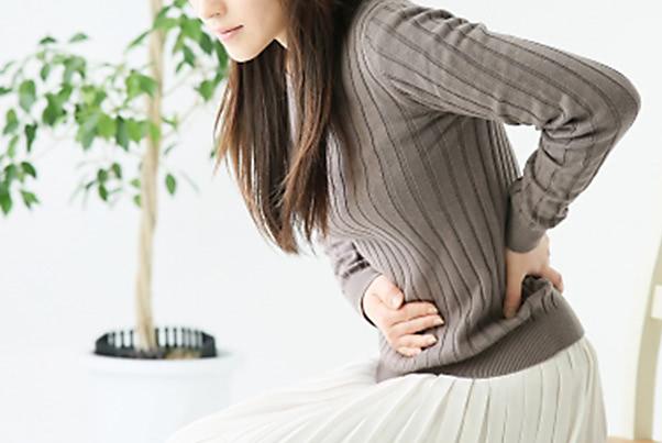 便秘が腰痛を引き起こす理由と、すぐ試したい対処法3つ