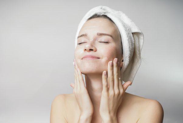 顎ニキビを繰り返す原因は? 正しい洗顔方法やスキンケアをご紹介