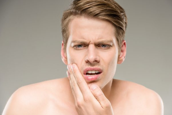 男ニキビの原因は? 背中や胸のニキビが治らないのはなぜ?