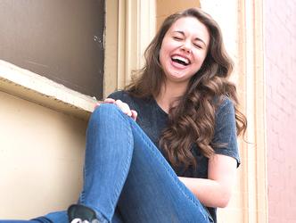 窓辺で大笑いする女性