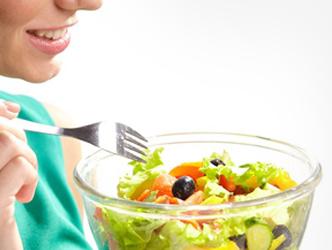 野菜サラダを食べようとする女性