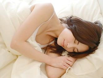 ゆったりとした睡眠をとる女性