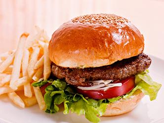ハンバーガーとフライドポテトのセット